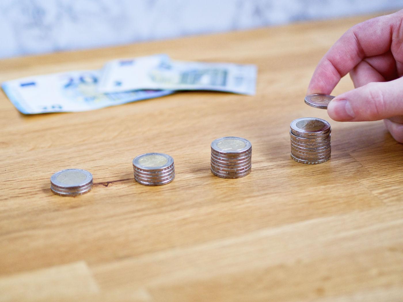 Aufhäufendes Geld durch sparen und investieren.